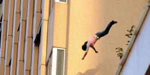 Một nhân viên game nhảy lầu tự tử vì bị sa thải
