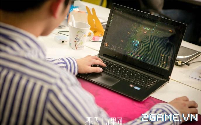 Nữ thư ký được thăng chức do biết chơi game online cùng với Sếp 8