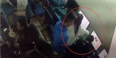 Cô gái cầm chai nước đập đầu bạn trai ngay trong quán net