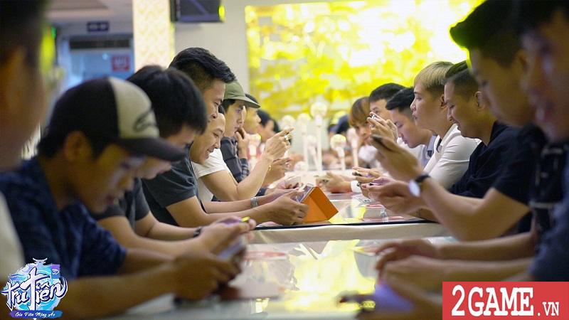 Đoàn người xếp hàng đăng ký trải nghiệm chế độ mới của Tru Tiên 3D trong buổi offline 8