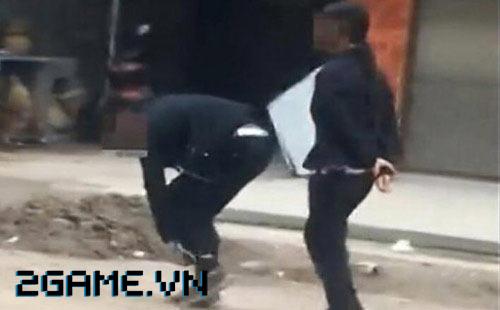 Mẹ xích con trai bắt diễu phố vì mê chơi game 0