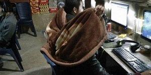 Game thủ Việt đắp chăn trong quán game ngày giá rét