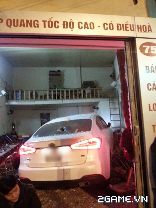 Hà Nội: Xe ô tô mất lái lao thẳng vào quán net 0