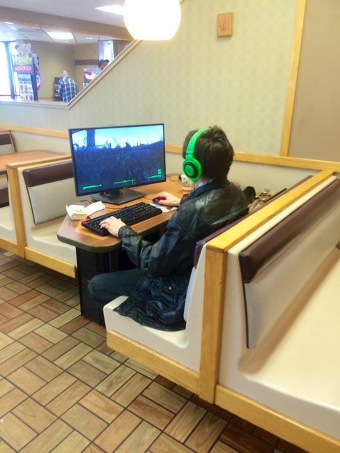 Đã là fan cuồng game PC thì ra quán cafe cũng phải vác máy tính để bàn theo 0