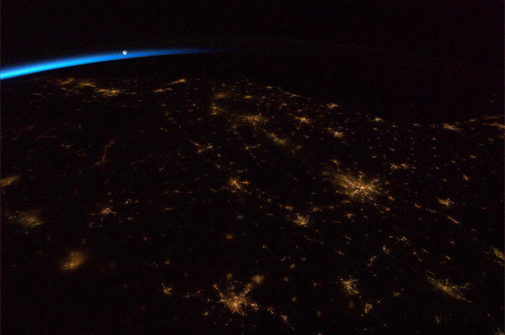 Moon_rising_over_Earth.jpg