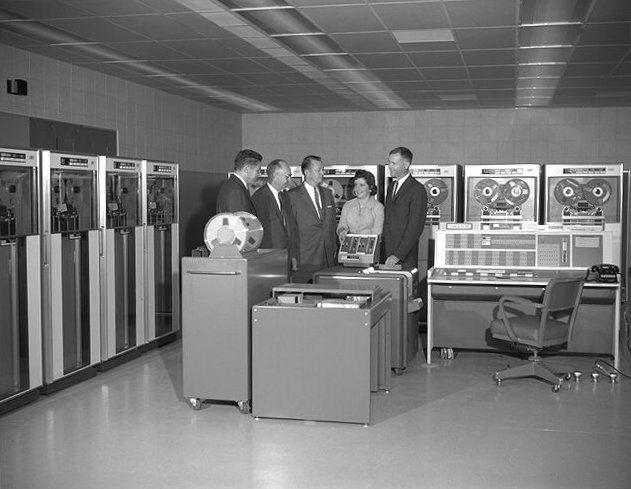 Máy tính mainframe là gì và người ta sử dụng nó như thế nào? Ibm_7090_computer-jpg