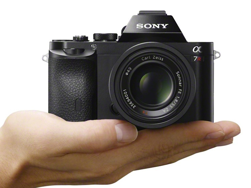 tinhte_Sony_Alpha_A7R_wSEL55f18Z_hand-1200.jpg