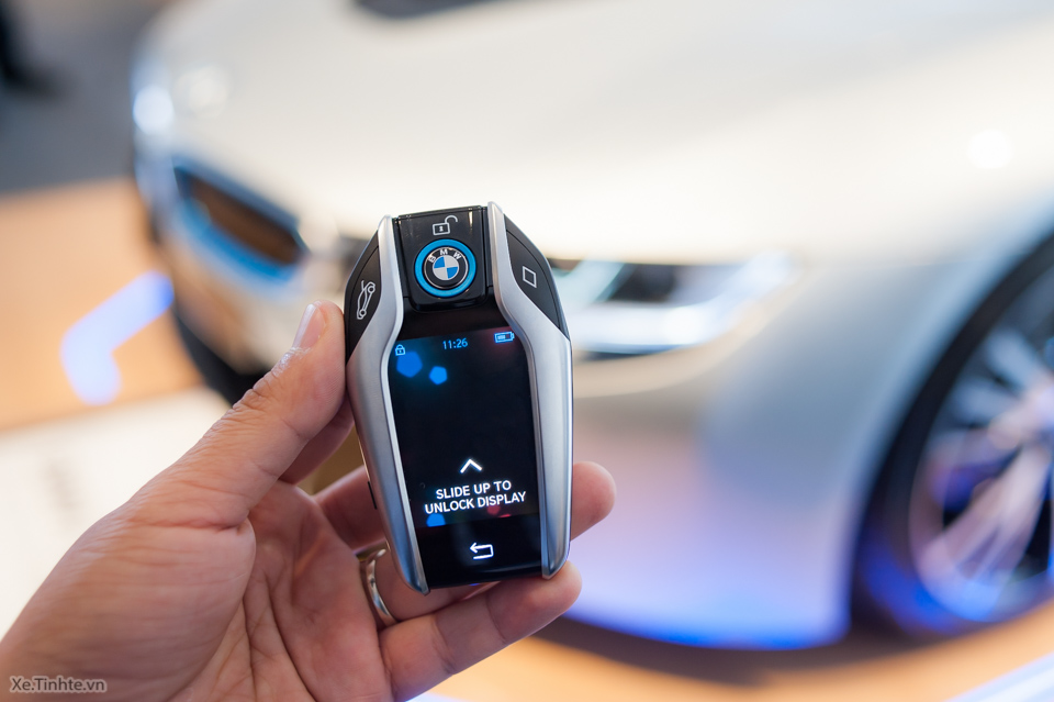 Tinhte.vn-Tren-tay-chia-khoa-BMW-i8-CES-2015-2.jpg