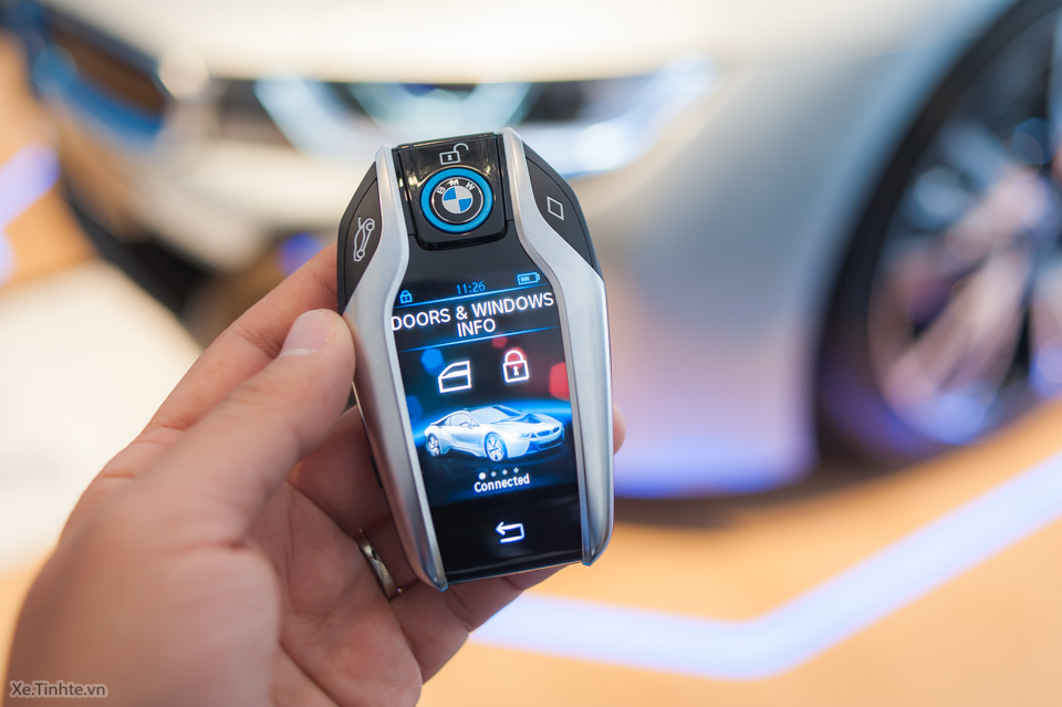 Tinhte.vn-Tren-tay-chia-khoa-BMW-i8-CES-2015-11.jpg