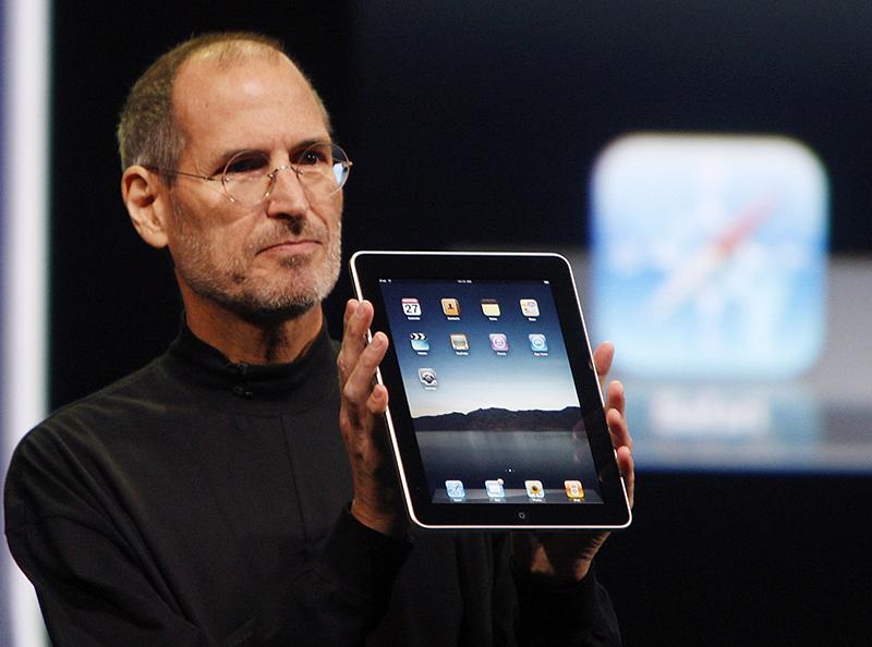 Steve-Jobs-iPad-AP.jpg