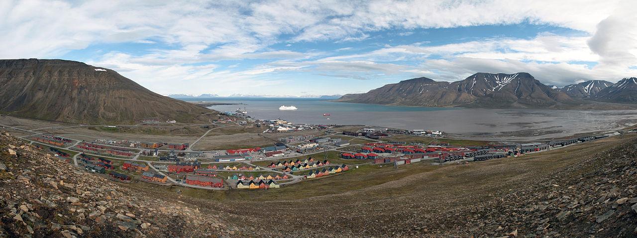 1280px-Longyearbyen_panorama_july2011.jpg