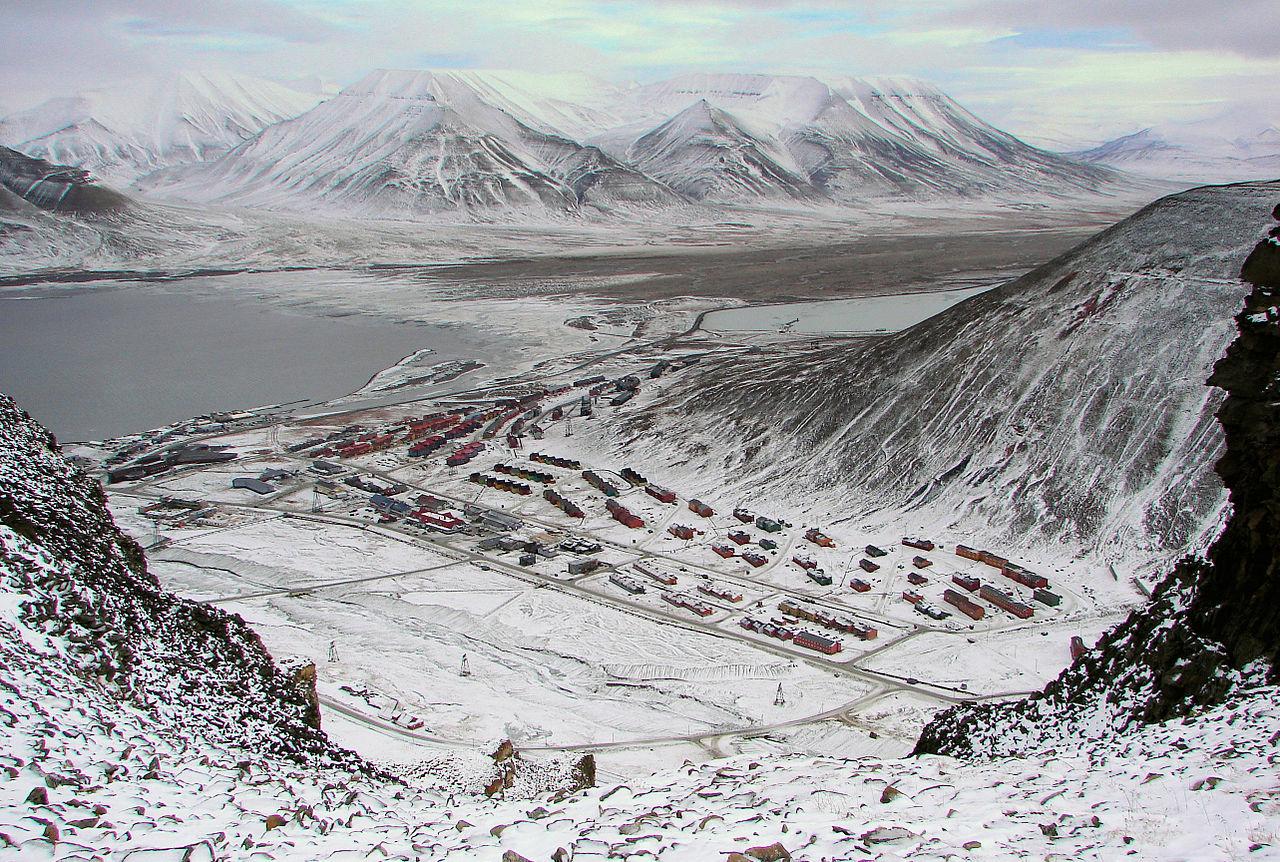 1280px-Longyearbyen-Adventsfjorden-And-Valley.jpg