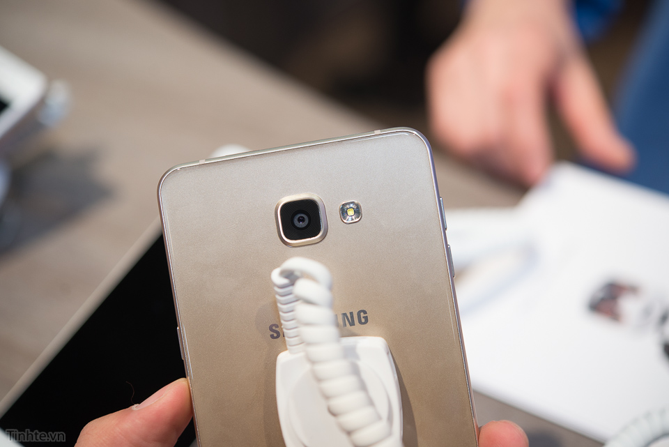 Tren_tay_Samsung_Galaxy_A9_tinhte.vn-8.jpg