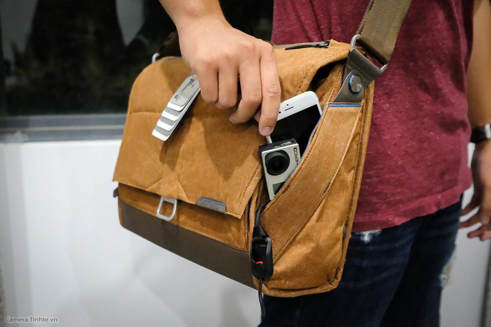 Tren tay Peak Design Everyday Messenger Bag-13.jpg