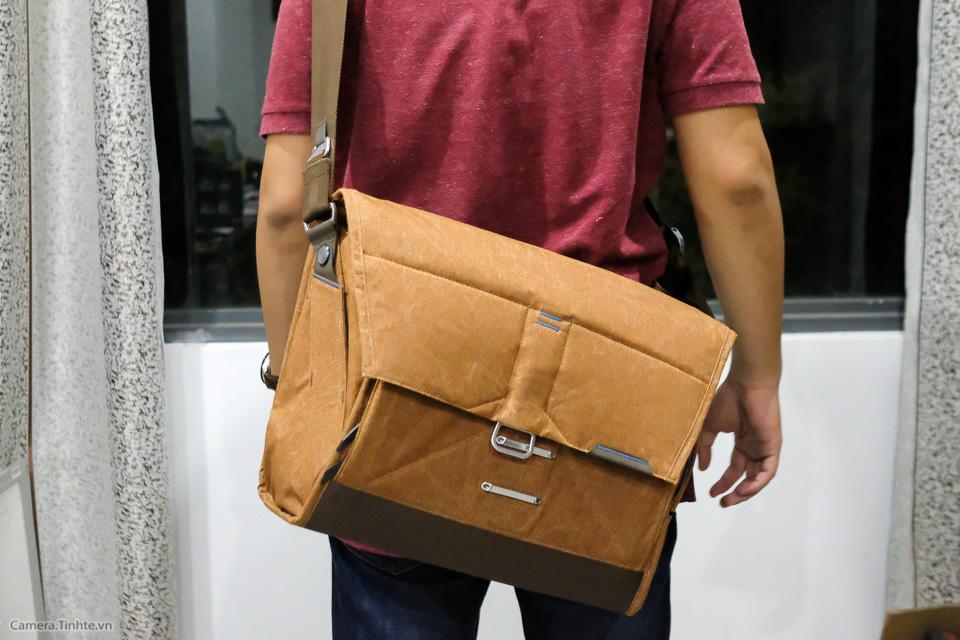 Tren tay Peak Design Everyday Messenger Bag-22.jpg