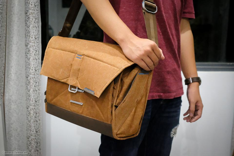 Tren tay Peak Design Everyday Messenger Bag-23.jpg