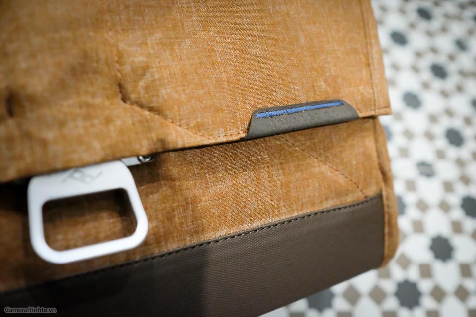 Tren tay Peak Design Everyday Messenger Bag-24.jpg