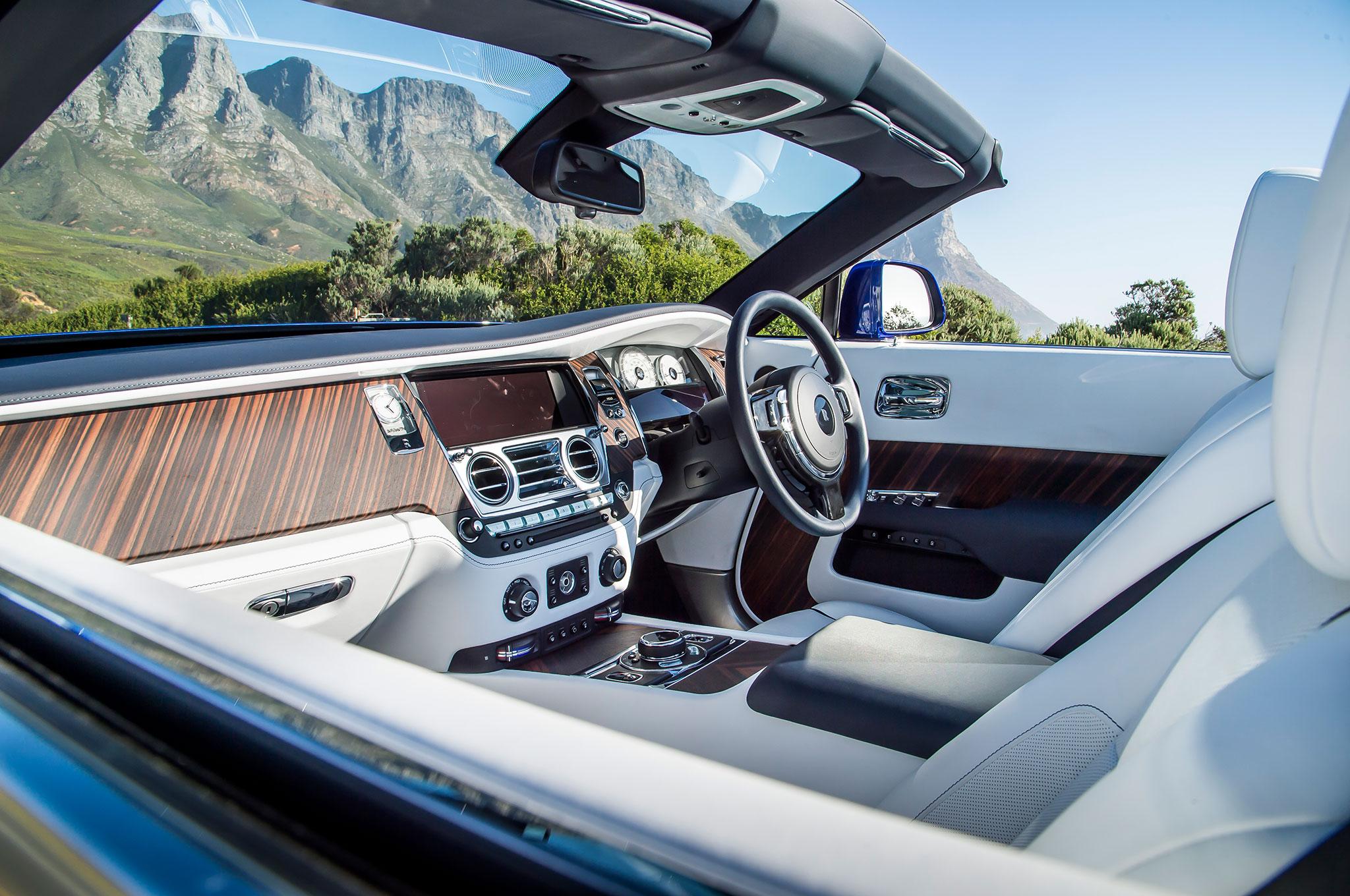 2016-Rolls-Royce-Dawn-cabin-02.jpg
