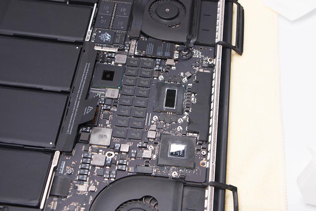 thay-keo-tan-nhiet-cho-macbook-pro-retina-18.jpg