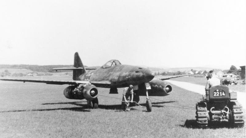 Messerschmitt-Me-262-Schwable_san_bay.jpg