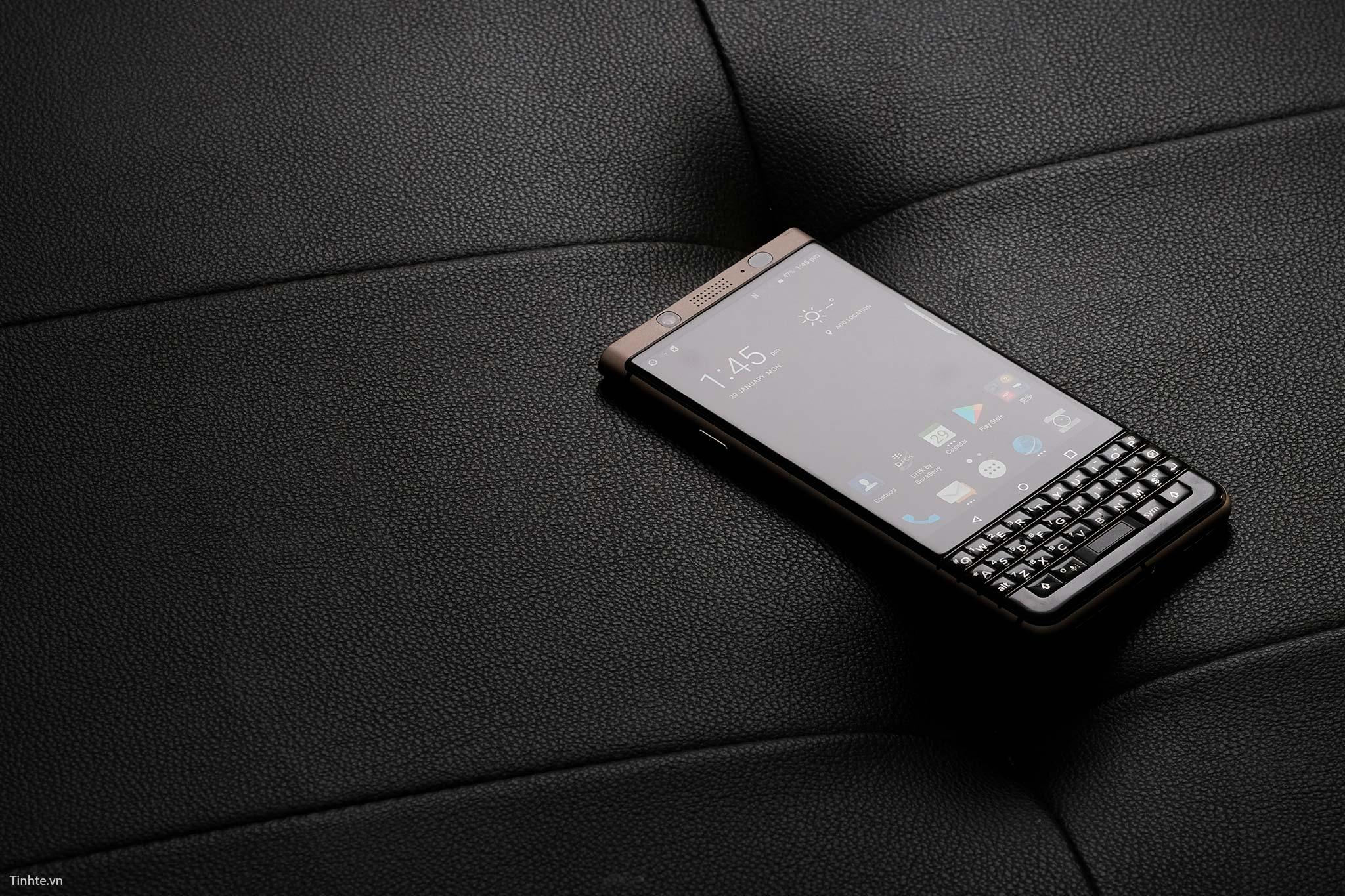 tinhte__mo_hop_blackberry_keyone_bronze_edition (4).jpg