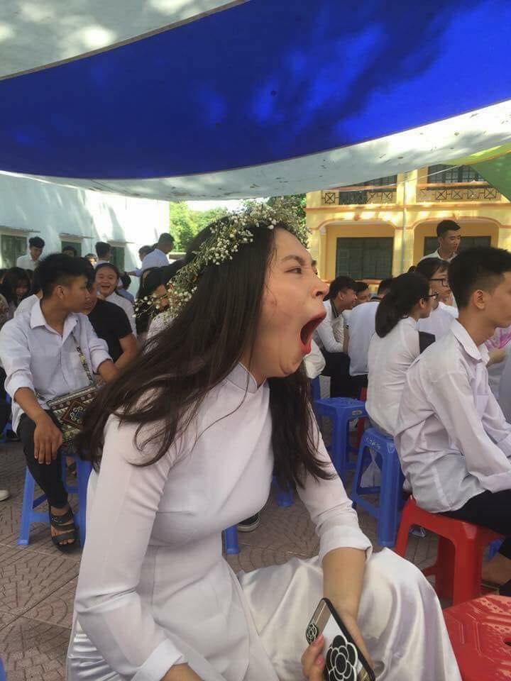 Con gái yêu ngáp lễ bế giảng.jpg