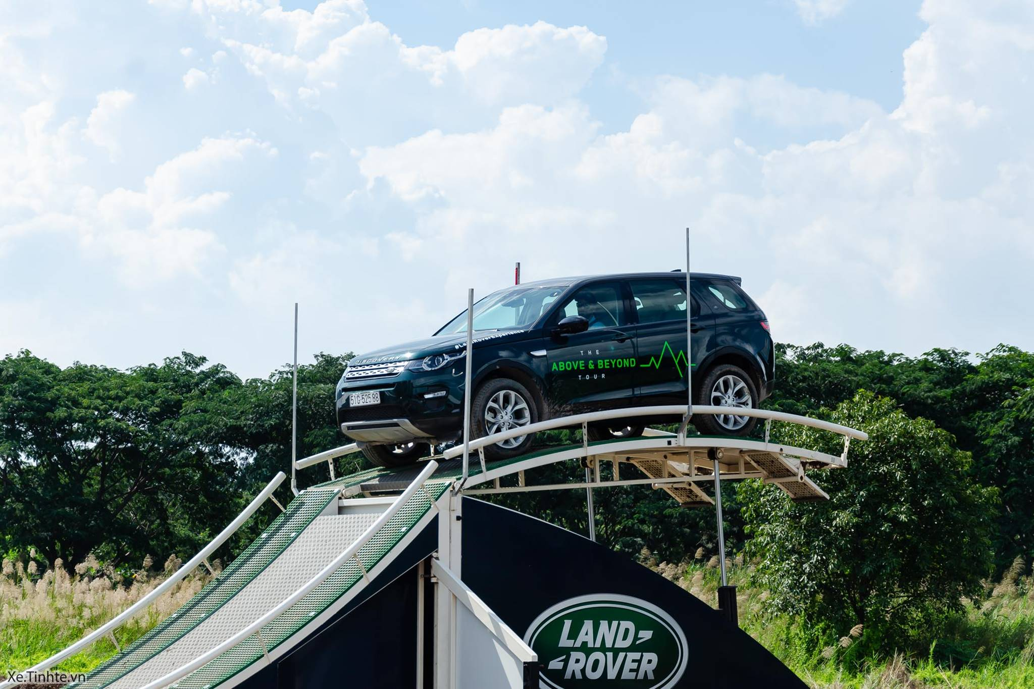 Land_Rover_Above_and_Beyond_Xe_Tinhte_003.jpg