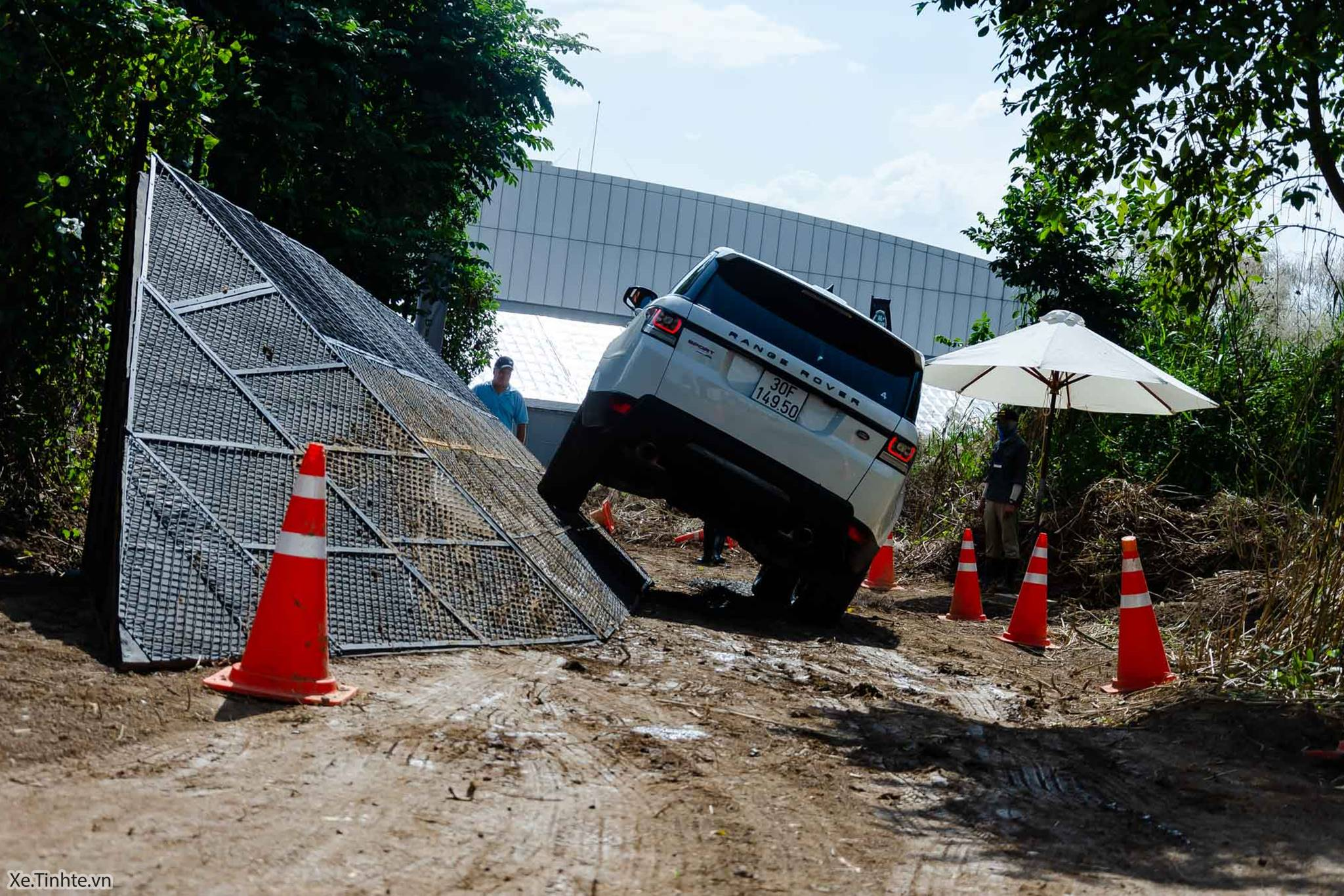 Land_Rover_Above_and_Beyond_Xe_Tinhte_012.jpg