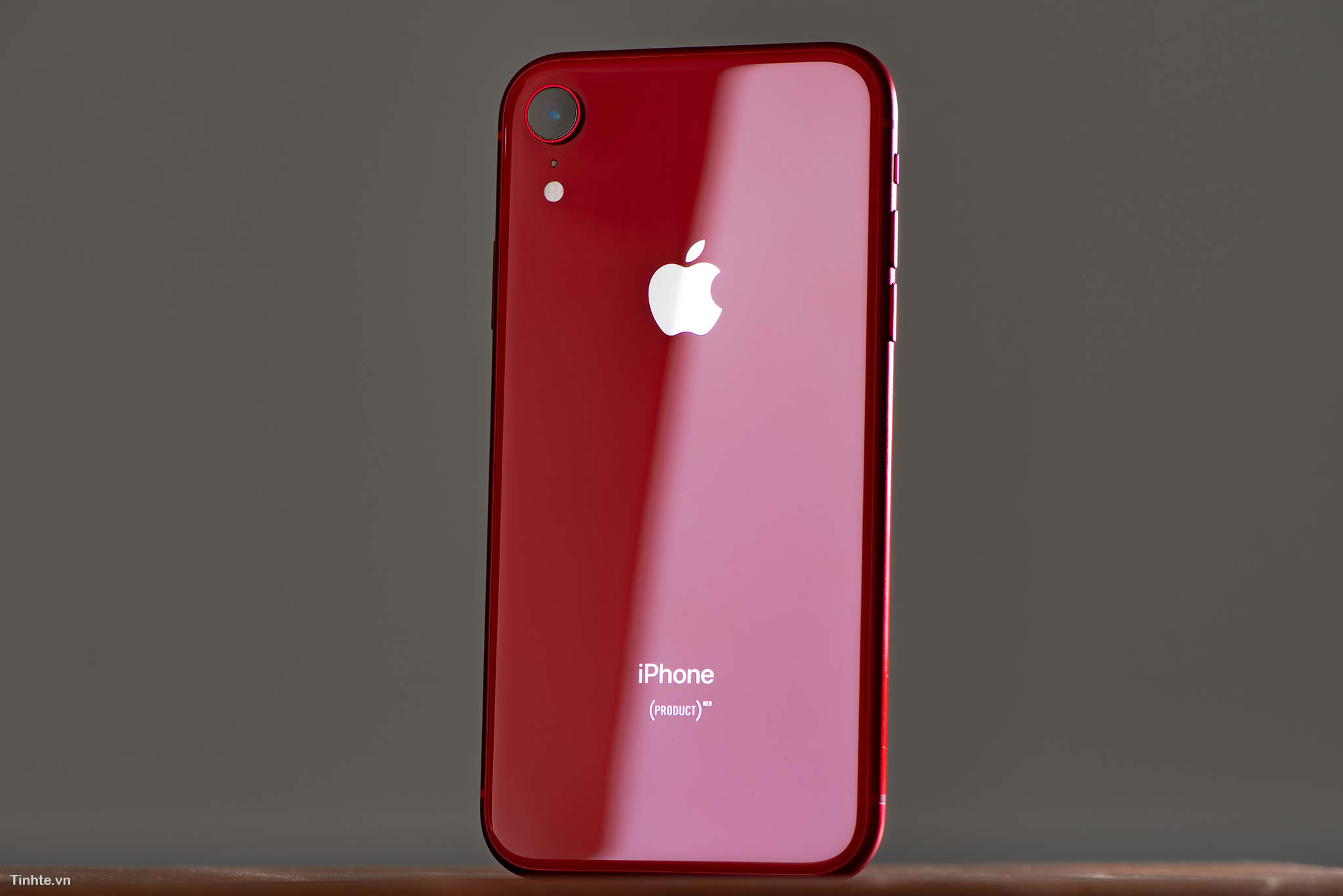 tinhte_tren_tay_iphone_xr_product_red_2.jpg