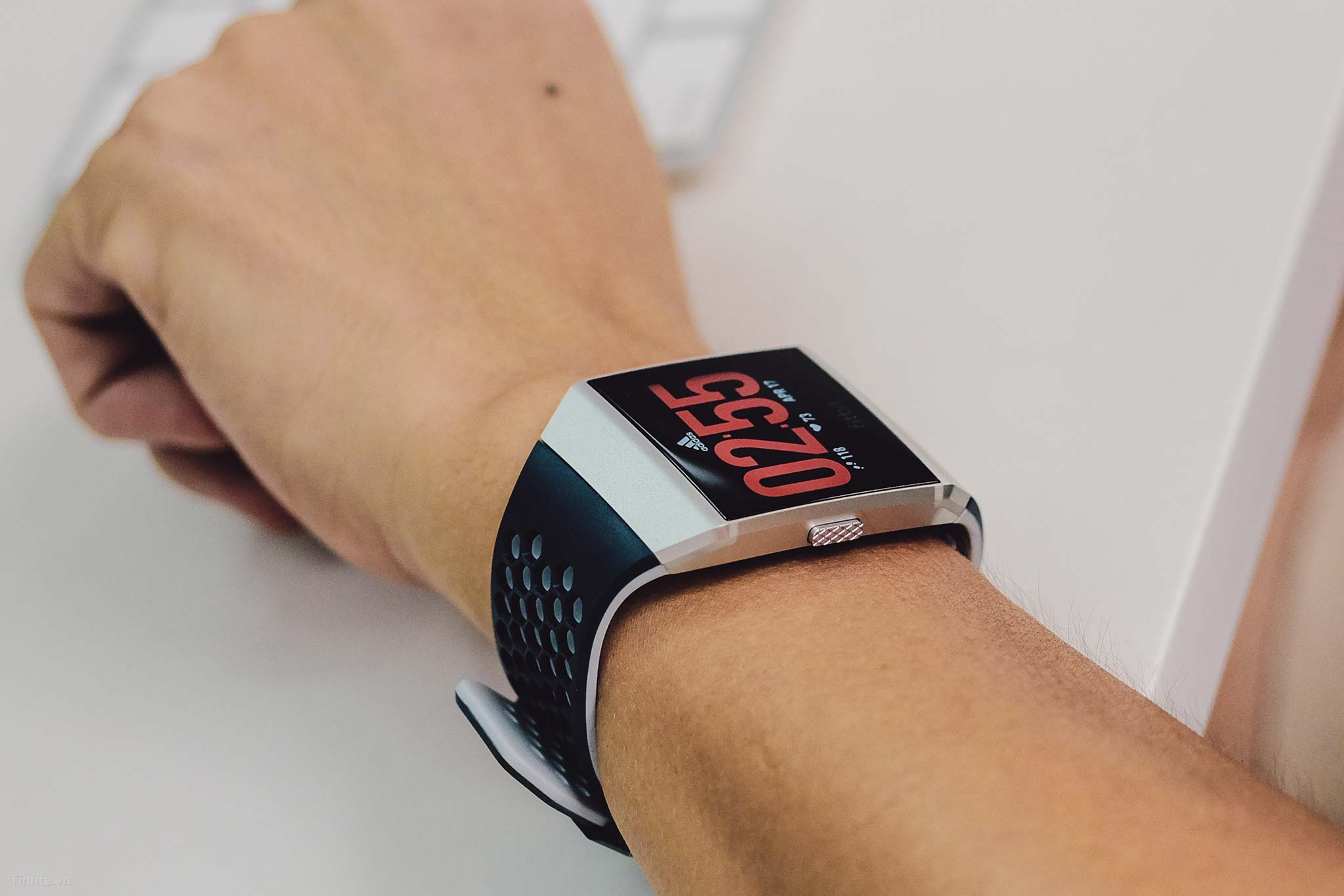 4290573_tinhte_tren_tay_fitbit_ionic_adidas_special_edition_9.jpg