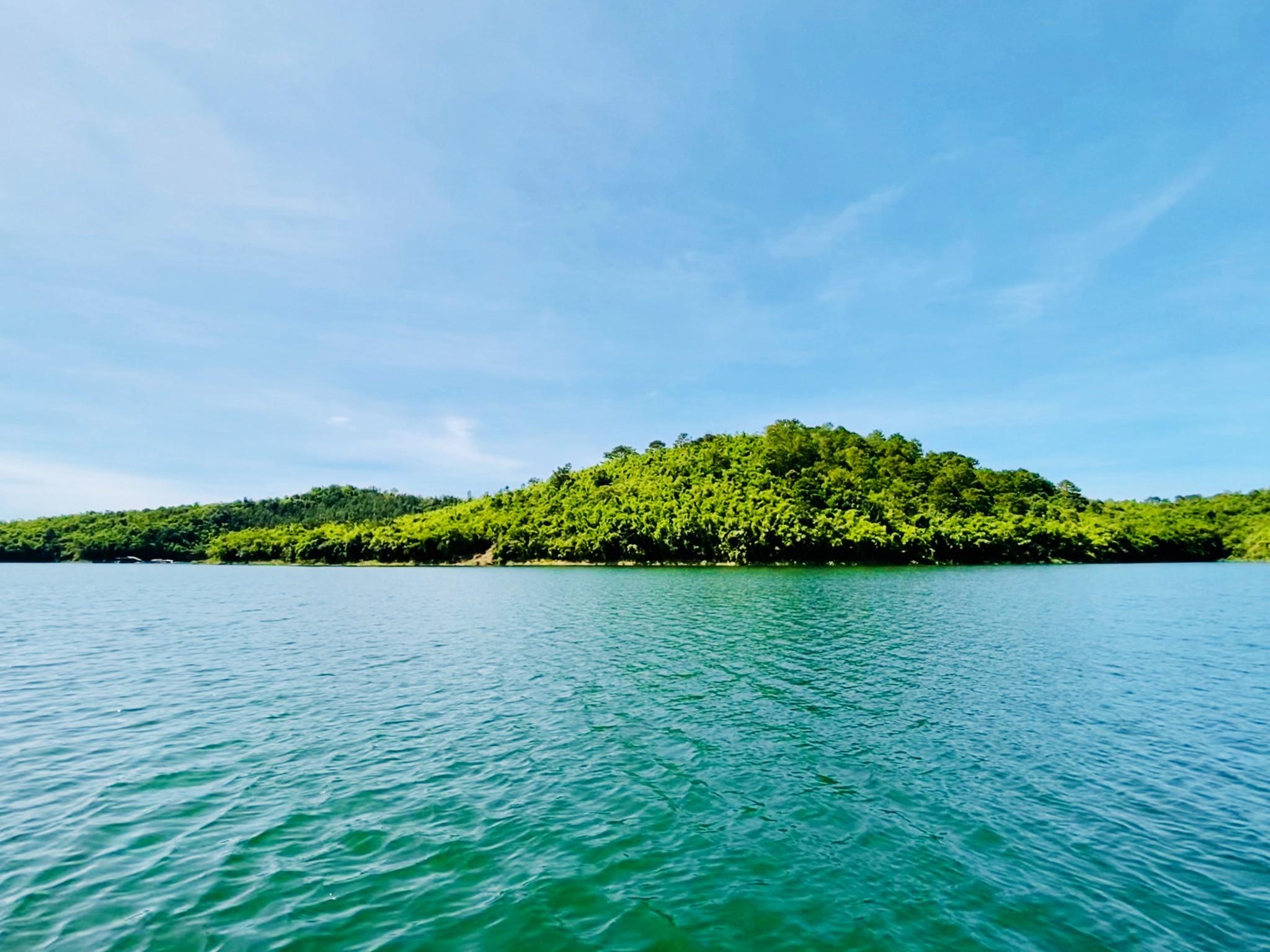 Ta Dung lake from boat.jpg