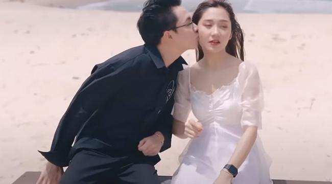 """""""Đốt nhà"""" bằng ảnh Noway hôn Mina Young, thầy Ba bị ném đá không trượt phát nào"""