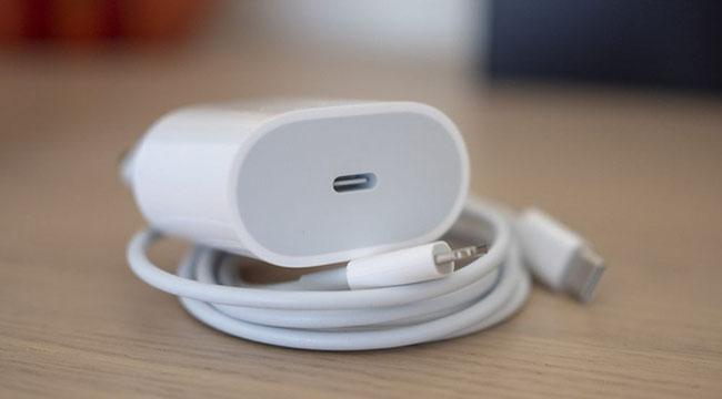 Loại bỏ củ sạc trên iPhone 12 sẽ có tác động gì đến môi trường không?