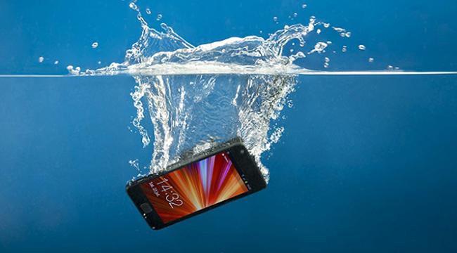 """Cách xử lý khẩn cấp để """"sơ cứu"""" điện thoại bị vào nước"""